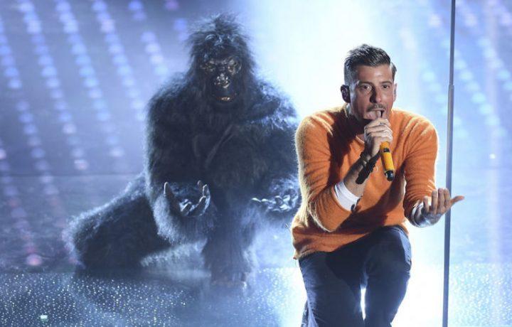 L'ultima volta che a Sanremo uno è salito con la scimmia è stato Vasco Rossi.