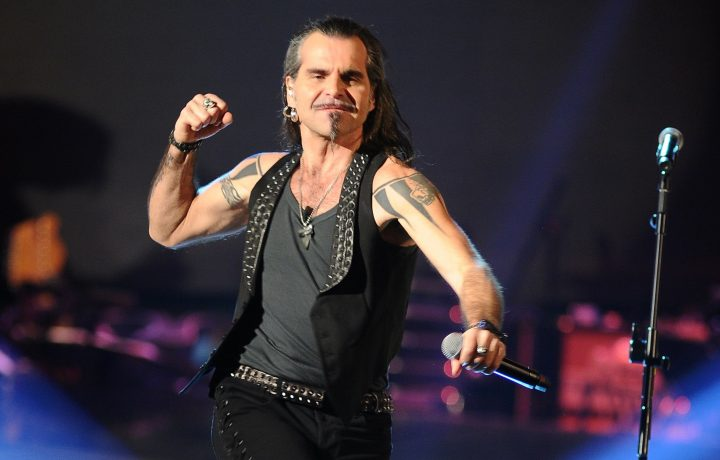 Piero Pelù ferisce un fan tirandogli il microfono: 'CREEDEEVOO FOSSE UN BOO-MEE-RAANG!'