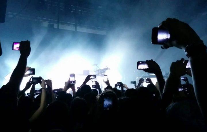 Una volta ai concerti ti chiedevano se avevi una canna, oggi ti chiedono se hai una presa per ricaricare il telefono.