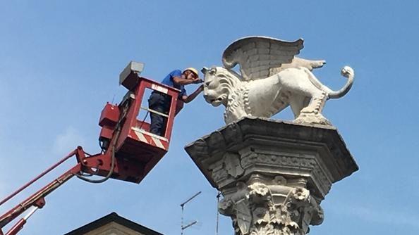 Vicenza. Cade un pezzo dell'orecchio del Leone di San Marco durante il concerto di Gabbani. Lo potete trovare vicino ai due coglioni.