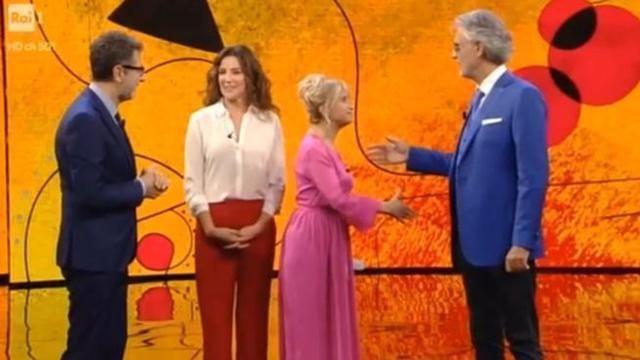RAI, gaffe di Lucian Litizzetto che si dimentica dell'handicap di Bocelli e lo chiama 'cantante'