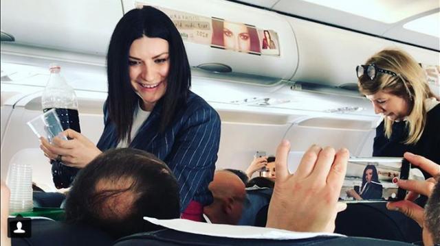 Alitalia,  Laura Pausini hostess a bordo. Si prega di mantenere la calma e utilizzare gli appositi sacchetti per vomitare.