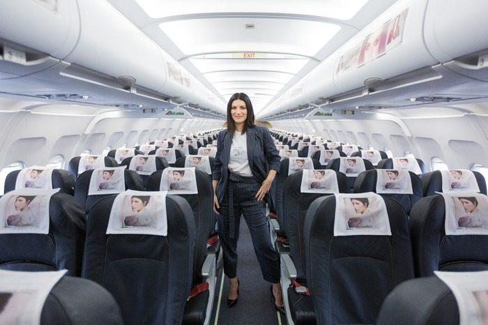 Laura Pausini presenta il suo nuovo disco su un volo Milano-Roma. Alitalia si scusa per il disagio.